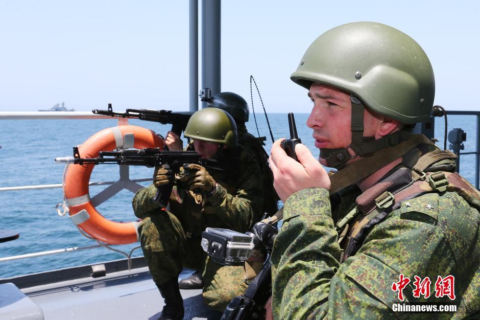 """中俄海军携手""""解救""""被劫船舶"""