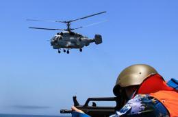 中俄海上联合实兵演练:特战队员解救被劫船舶