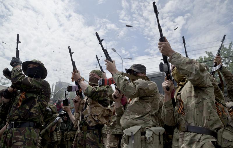 顿涅茨克亲俄武装抵制乌大选 朝天鸣枪开装甲车游行