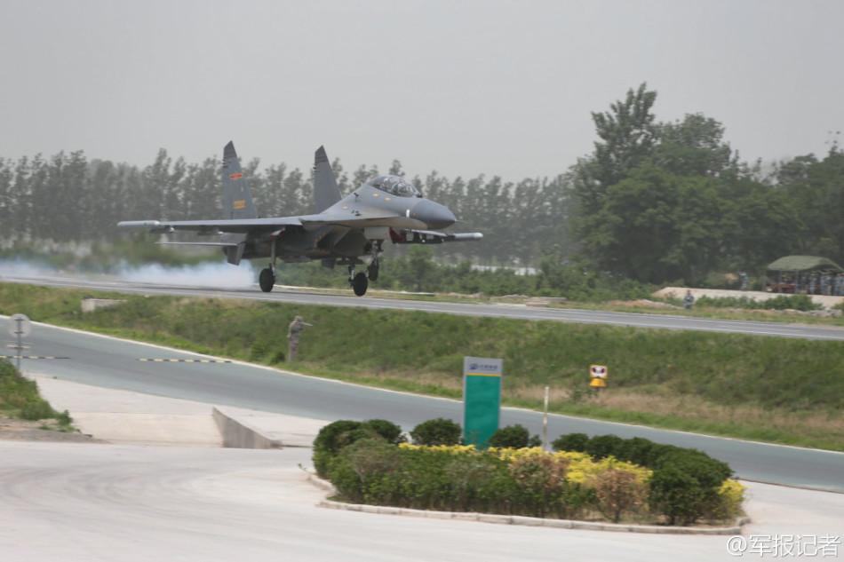 我军苏-27运-7在公路起降秘照