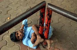 印度一天生聋哑男童每日被绑街头 防止其走失