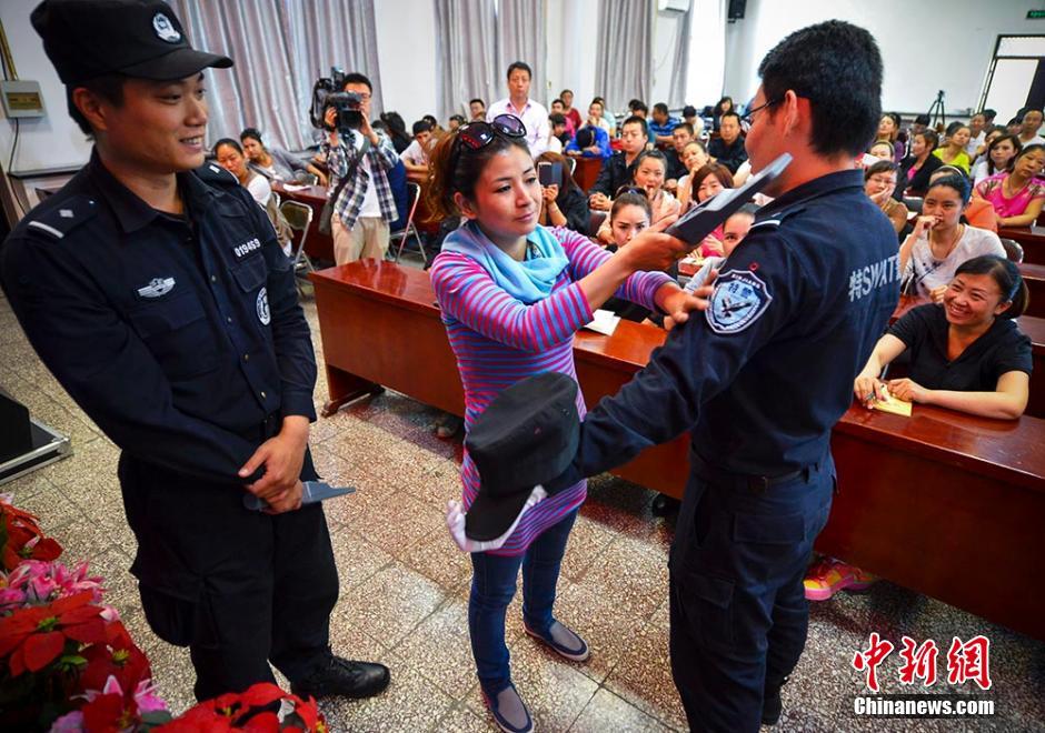 新疆安检员向特警学习专业技能