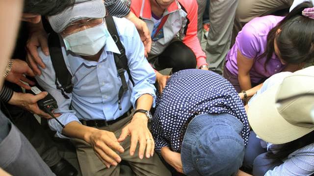 台北地铁惨案凶犯父母向死伤家属下跪磕头道歉