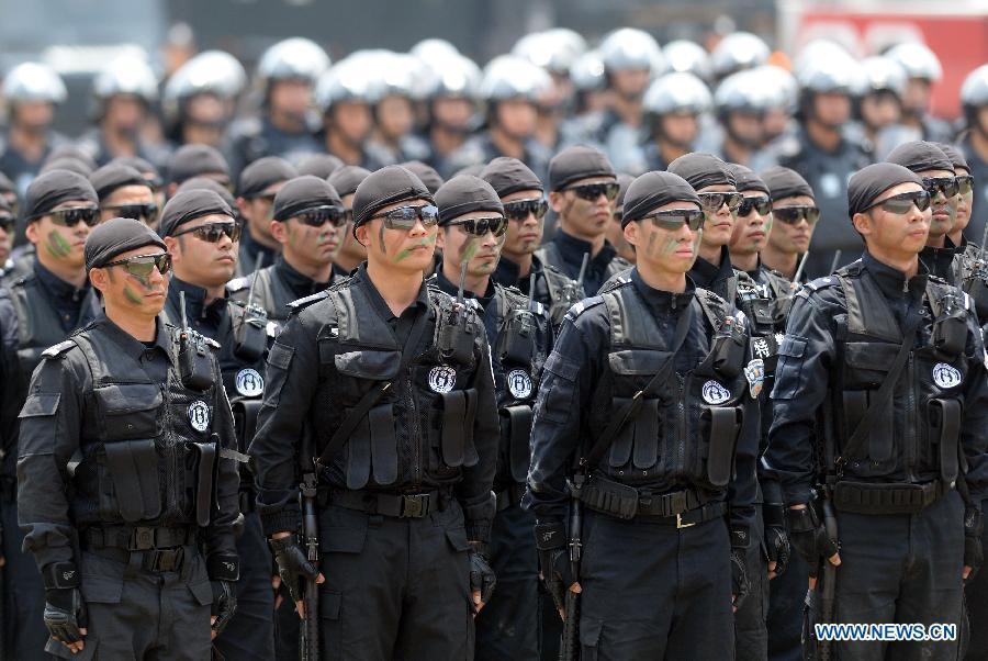 方集结精锐特警部队及武警特战队举行反恐维稳大演练.参演部队展图片