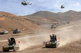 解放军坦克高炮直升机集群出动