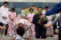 韩国南部疗养院发生火灾致21死 负责人跪地道歉