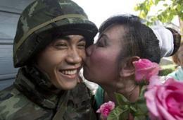 泰国街头大妞给士兵献花送吻