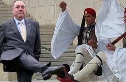 苏格兰首席大臣踢球姿势遭网络恶搞迅速走红