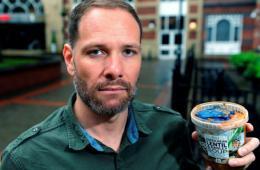 英男子罐装汤中吃出塑胶手套起诉商家