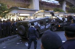 泰国示威者与军方发生激烈冲突 悍马车遭民众涂鸦