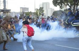 巴西土著居民抗议世界杯 佩弓箭与警方对峙