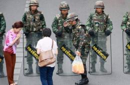 泰国军队严守胜利纪念碑广场 获赠清凉饮料