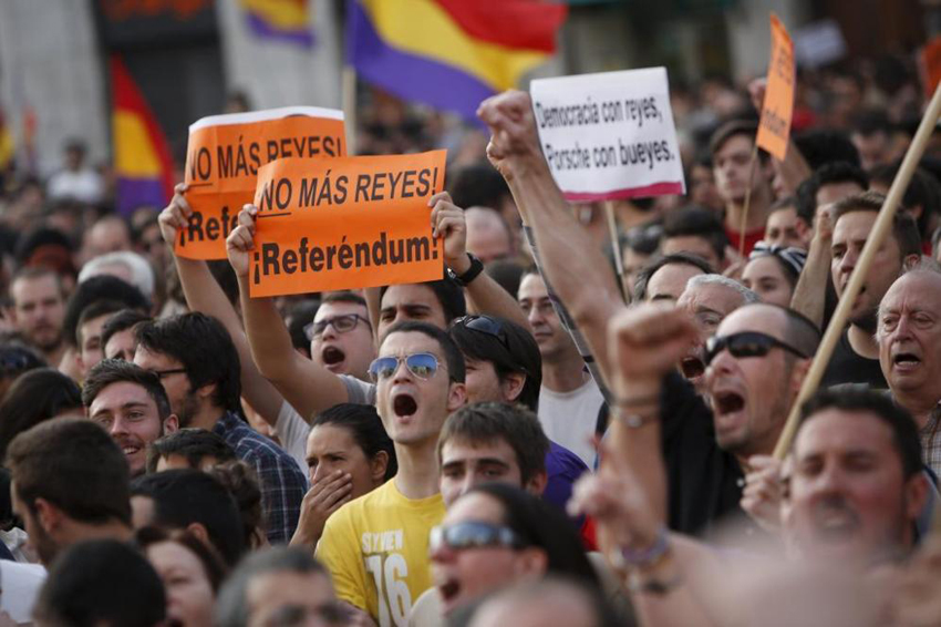 西班牙数万民众呼吁公投决定君主制未来