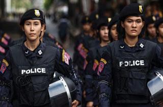 泰国街头大批女军警威武巡逻