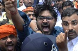 印度民众集会抗议少女遭奸杀 遭警察水枪驱赶
