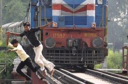 """印度少年爱玩""""死亡飞车"""" 列车驶近才逃离铁轨"""