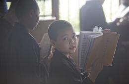 广东一寺庙住持收养20余孤儿 最大者已19岁