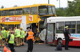 英国发生两校车相撞事故 两车共载50名学生