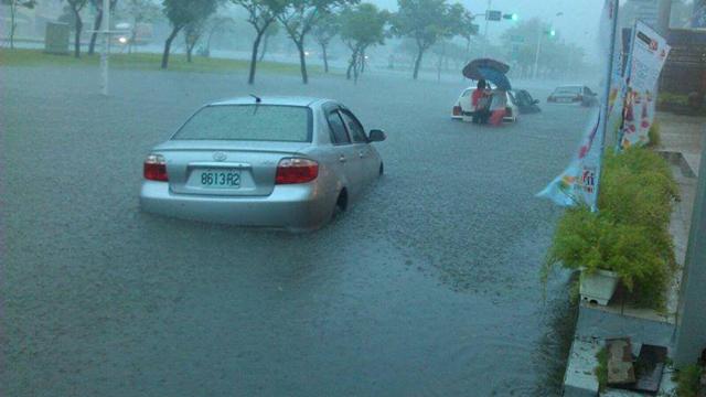 台嘉义暴雨倾盆成汪洋 民众马路上游泳