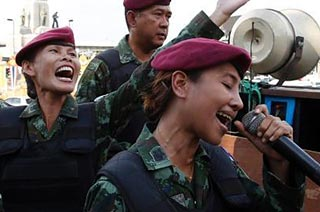 泰军女兵在街头深情献唱