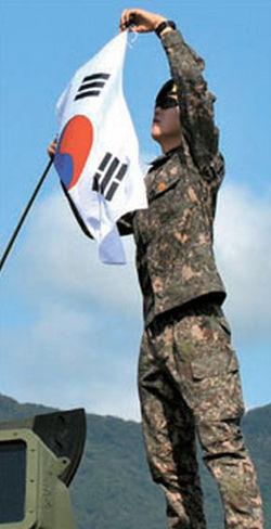 韩国军队为迎接爱国节日撤换中国产国旗(图)