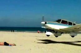 男子沙滩享受日光浴 遭小飞机擦身而过场面惊险
