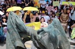 韩国慰安妇集会示威 获儿童赠送鲜花