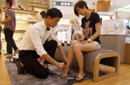 """无锡百货公司聘""""长腿男模""""为女顾客试鞋"""