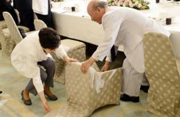 朴槿惠宴会屈身为有功者扶椅子 获现场人士好评