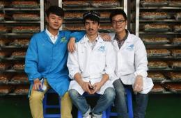 维汉小伙联手卖切糕 销量飙升成董事长