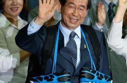 朴元淳成功连任首尔市长 获支持者赠送鞋子喜笑颜开