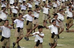 """印度右翼团体志愿者参加演练 动作""""销魂又癫狂"""""""