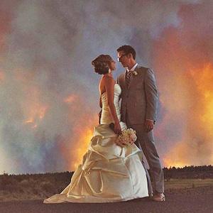 美新人婚礼遇山火淡定拍婚照