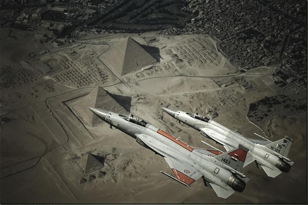 埃及版枭龙战机飞越金字塔美图