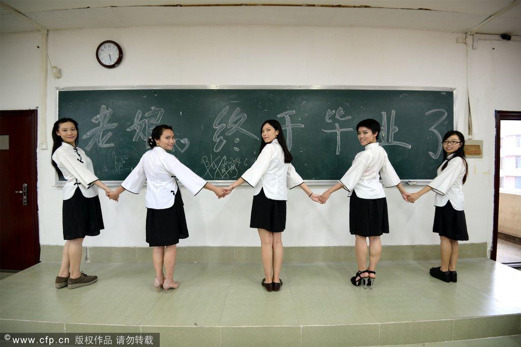 即将毕业的女大学生身穿民国服装拍摄美丽毕业照.时下正值一年一