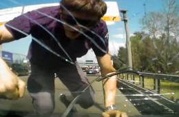 俄男子因不满被超车怒砸对方挡风玻璃