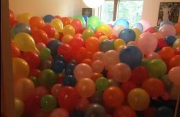 美男子对室友恶作剧 用2000多气球填满其房间