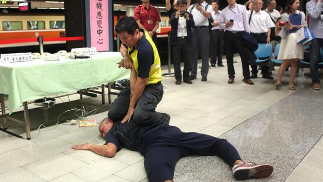 """台湾举行防暴应变演练 警方制伏""""持刀伤人者"""""""