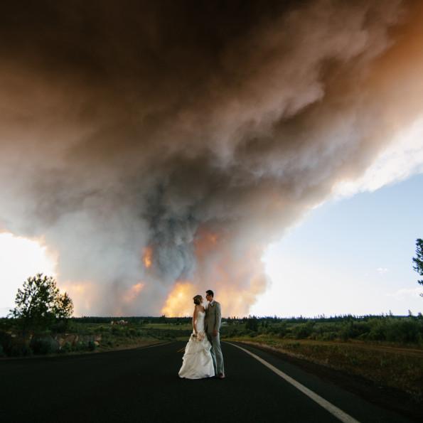 浓烟滚滚的大火下幸福的婚礼