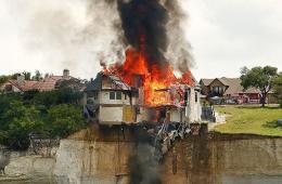 美国一富豪烧掉自家370平米豪宅