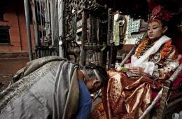 """尼泊尔""""活女神"""" 出行脚不沾地"""
