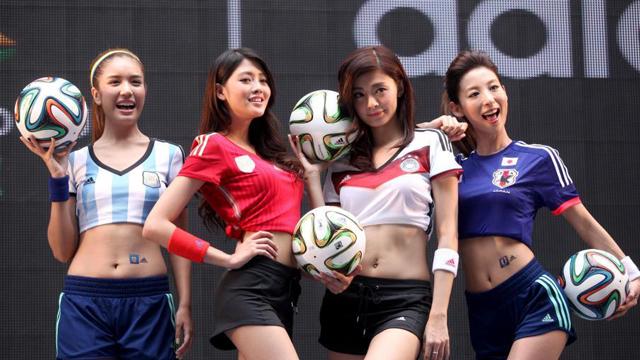 性感足球宝贝街头助阵台湾世界杯嘉年华