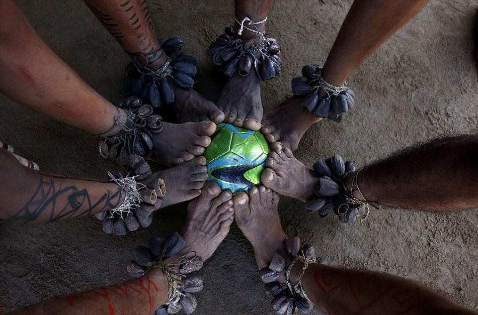 巴西土著居民热带雨林中踢足球炫技