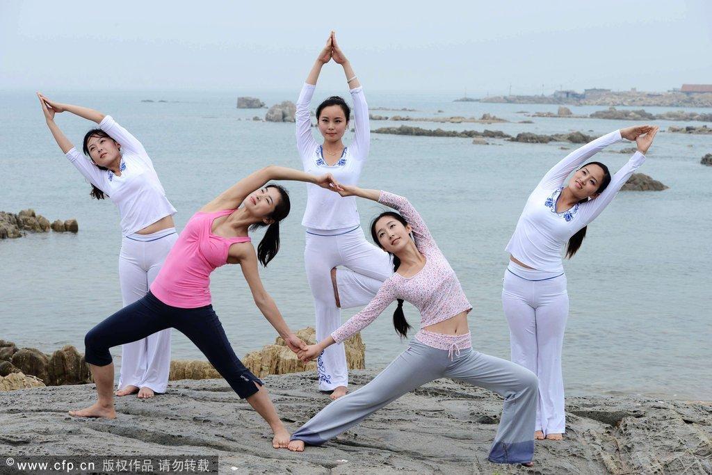 青岛:美女海边瑜伽引关注