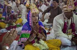 印度社会组织为数百对贫困新人举办集体婚礼