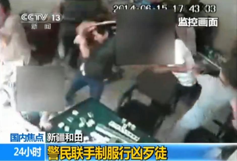 新疆和田警民80秒制伏持械歹徒视频曝光_国内新闻
