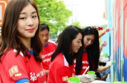 金妍儿出席画壁画活动 为韩国男足助威