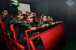 二炮士兵洞库里看5D电影打电玩