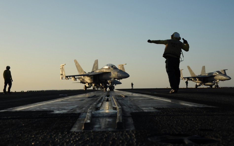 """布什 波斯湾/哈格尔下令在阿拉伯海巡弋的""""乔治·布什""""号航空母舰紧急部署到..."""