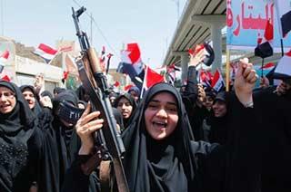 伊拉克什叶派妇女端AK-47集会